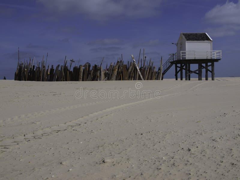 一点弗利兰岛的避难所房子,当这是大浪 免版税库存图片