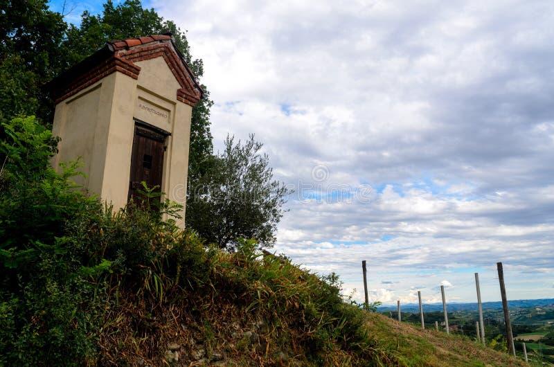 一点教堂在葡萄园里 免版税库存图片