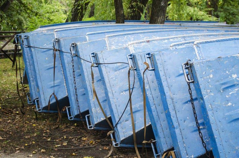 一点整洁工艺小船老的行 在小游艇船坞charmouth多西特夏日假日停放安排的划艇 免版税图库摄影