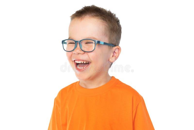 一点有在白色背景隔绝的玻璃微笑的逗人喜爱的男孩 免版税库存照片