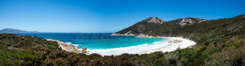 一点海滩风景全景在两人海湾储备的在阿尔巴尼附近 免版税库存照片