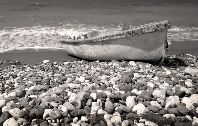 一点渔船和石头 免版税库存图片
