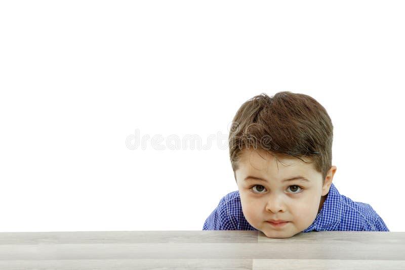 一点用不同的情感的逗人喜爱的男孩在被隔绝的背景的面孔 免版税库存图片
