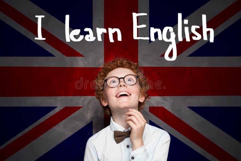 一点男生有英国旗子背景和学会英国题字 库存图片
