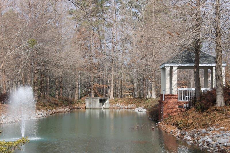 一点白色房子和瀑布 库存图片