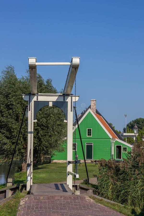 一点白色桥梁和小木房子在Zaanse Schans 免版税库存图片