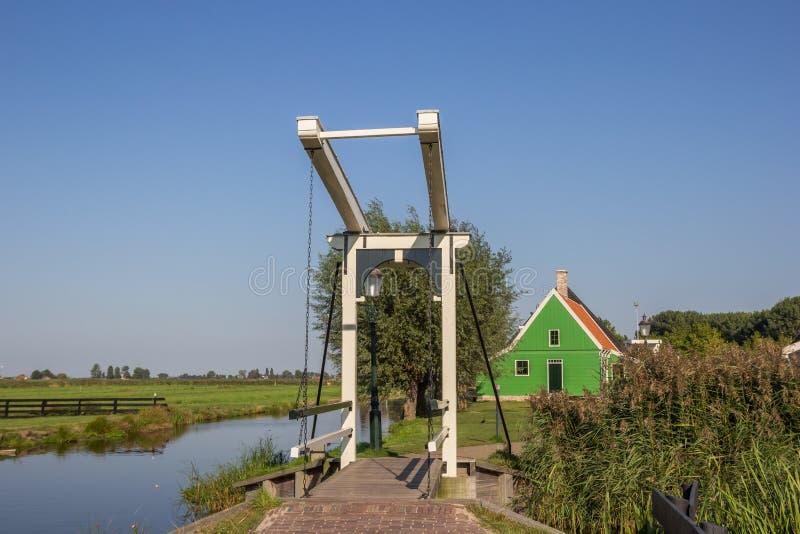 一点白色桥梁和小木房子在Zaanse Schans 免版税图库摄影