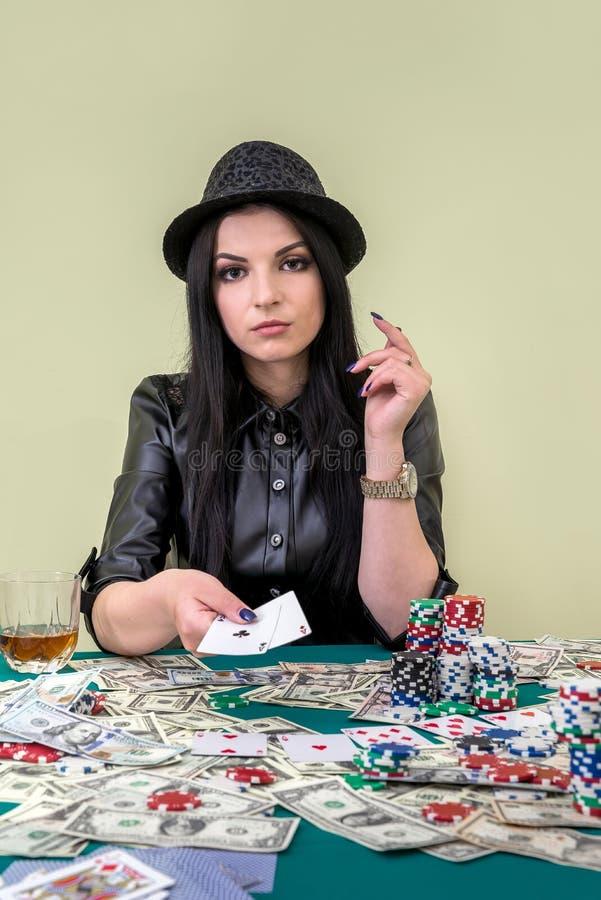 一点的迷人的妇女陈列组合在赌博娱乐场 免版税图库摄影