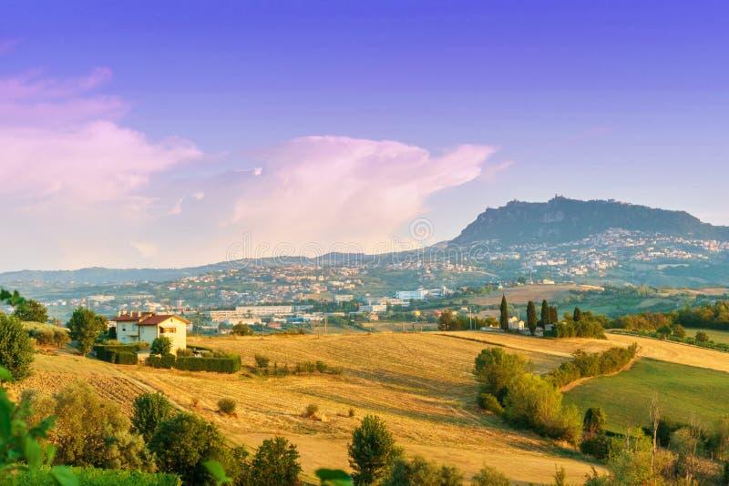 一点红罗马尼亚地区、意大利有麦田的和圣马力诺天际的 库存图片