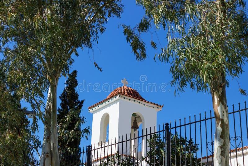 一点蓝色和白色的美丽的希腊教会在反对天空蔚蓝的一好日子在蒜味咸腊肠海岛上  免版税图库摄影