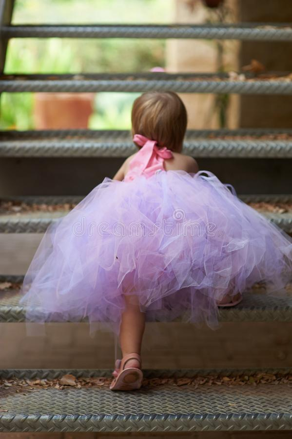 一点裙子芭蕾舞短裙上升的俏丽的女孩 免版税库存照片