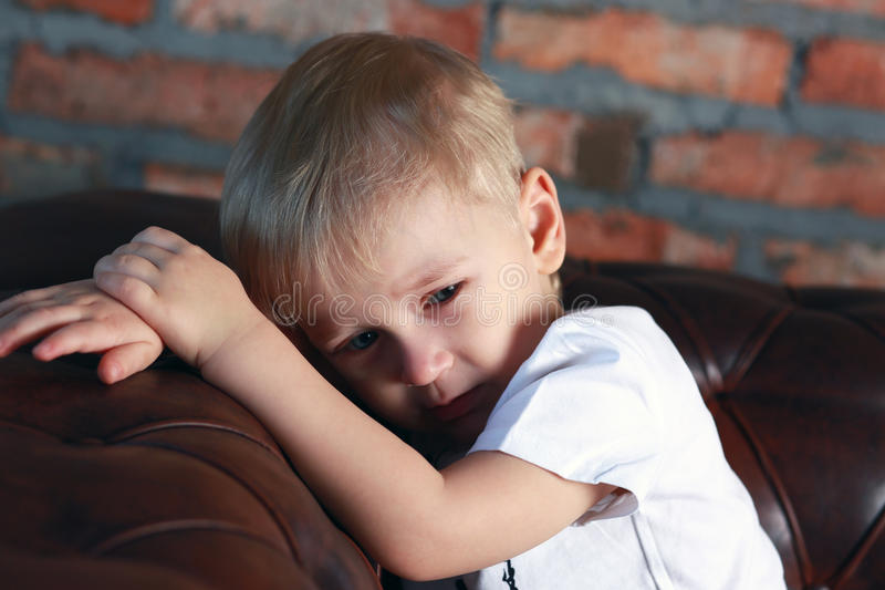 一点让沙发的男孩烦恼 免版税图库摄影