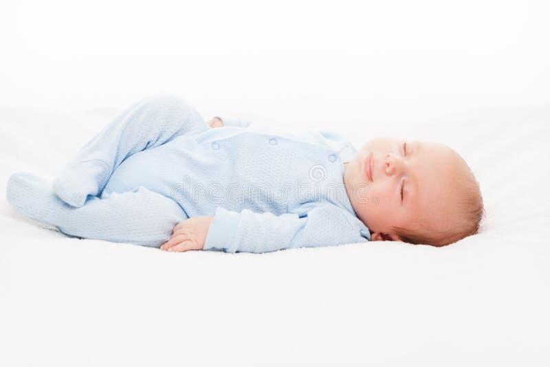 一点逗人喜爱新出生小儿童睡觉 免版税库存图片