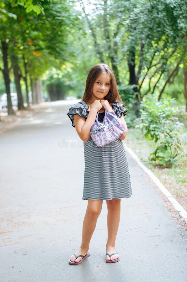 一点逗人喜爱的女孩街道城市生活方式射击,夏天,微笑对照相机 库存图片