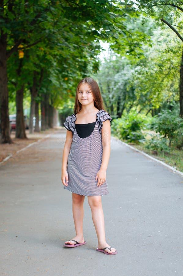 一点逗人喜爱的女孩街道城市生活方式射击,夏天,微笑对照相机 图库摄影