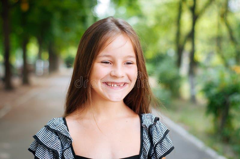 一点逗人喜爱的女孩街道城市生活方式射击,夏天,微笑对照相机 库存照片