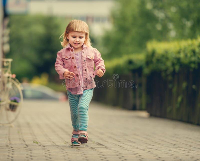 一点逗人喜爱的女孩赛跑 免版税库存图片
