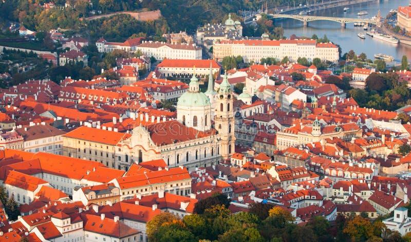 一点镇,亦称Mala Strana的鸟瞰图,与圣尼古拉斯教会在布拉格 免版税库存图片