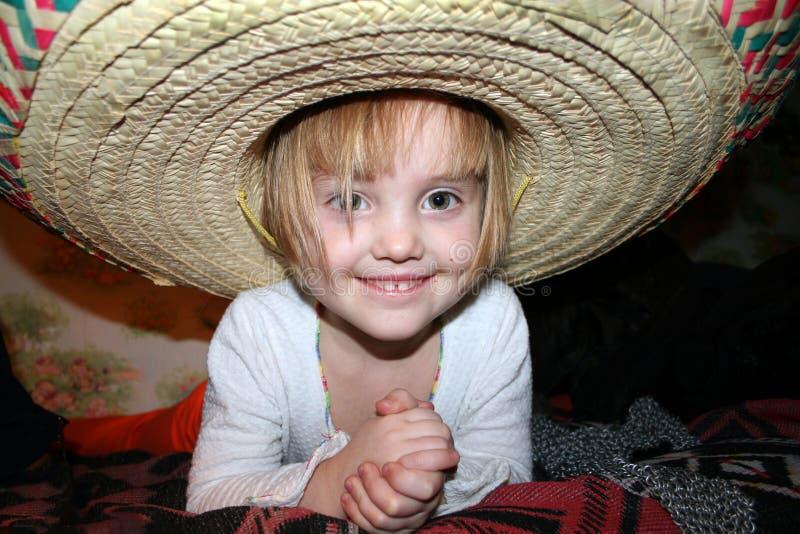 一点阔边帽帽子的微笑的女孩 免版税库存照片