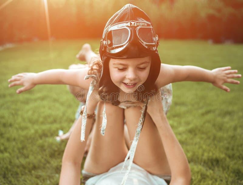 一点飞行员-获得的女孩与一个年轻妈妈的乐趣 免版税库存图片