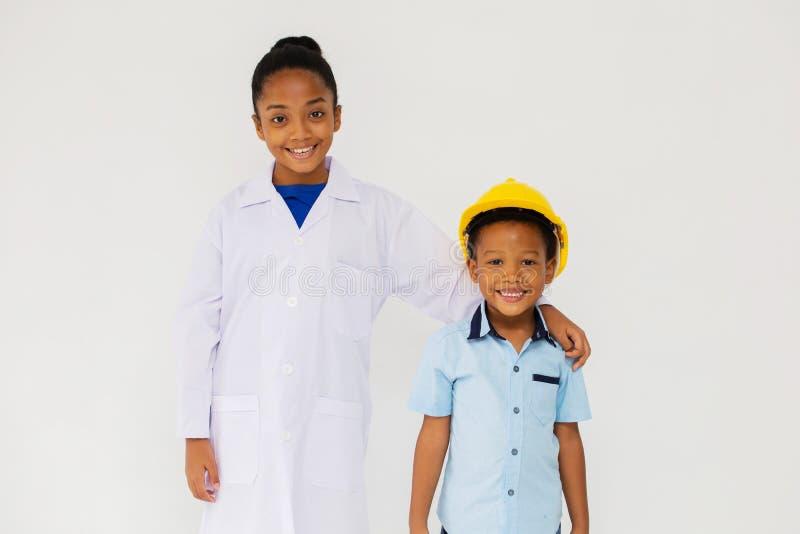 一点黑人微笑为照相机的科学家和工程师 库存图片