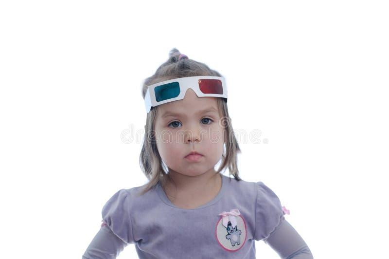 一点3D彩色立体图戏院玻璃的女婴与极化的立体声图象系统的 3D与红色和蓝眼睛的风镜 库存图片