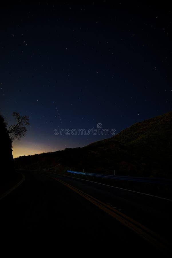 一点Tujunga峡谷-在圣费尔南多谷和圣塔克拉里塔谷之间的黑暗的天空在洛杉矶县加利福尼亚 免版税库存照片