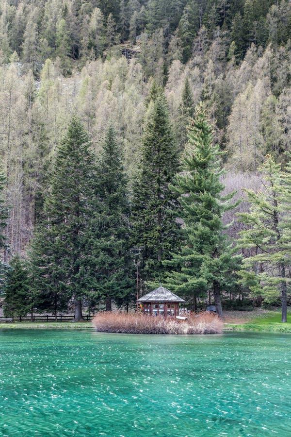 一点wodden湖河的房子, Gressoney圣徒吉恩 库存图片