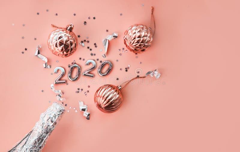 一瓶香槟,圣诞玩具和2020年的数字 圣诞或新年背景,由Xmas制作的简单构成 库存照片