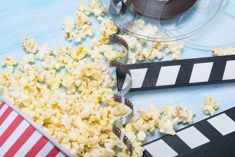 一电影clapperboard的概念影片射击和玉米花的 库存图片