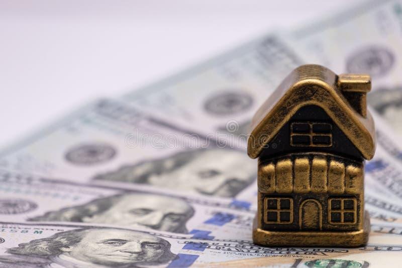 一百元钞票的玩具金黄房子 私有大厦或村庄在美国纸币背景  概念抵押, 库存图片