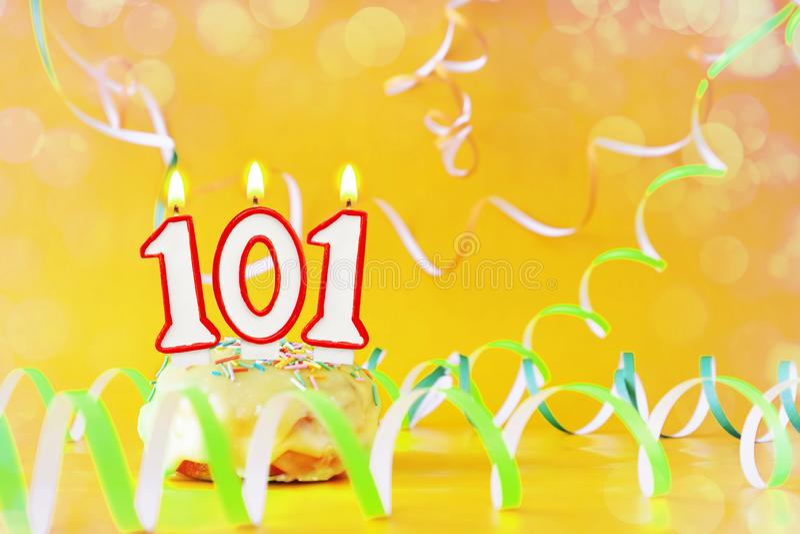 一百和一年生日 与灼烧的蜡烛的杯形蛋糕以第101的形式 库存图片