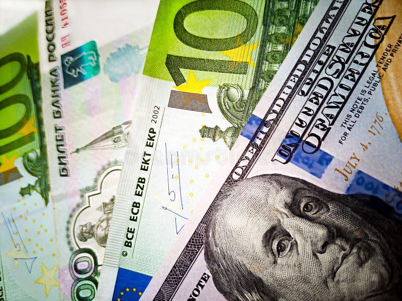 一百美元,100欧元和俄罗斯卢布钞票 E 金钱的颜色图象 库存照片