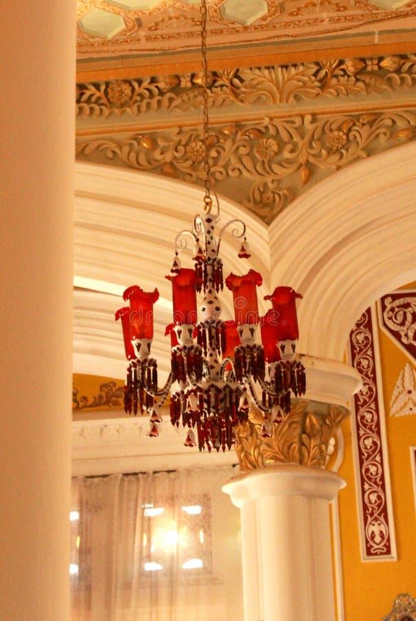 一盏古典红色灯在班格洛宫殿darbar大厅里设置了 图库摄影