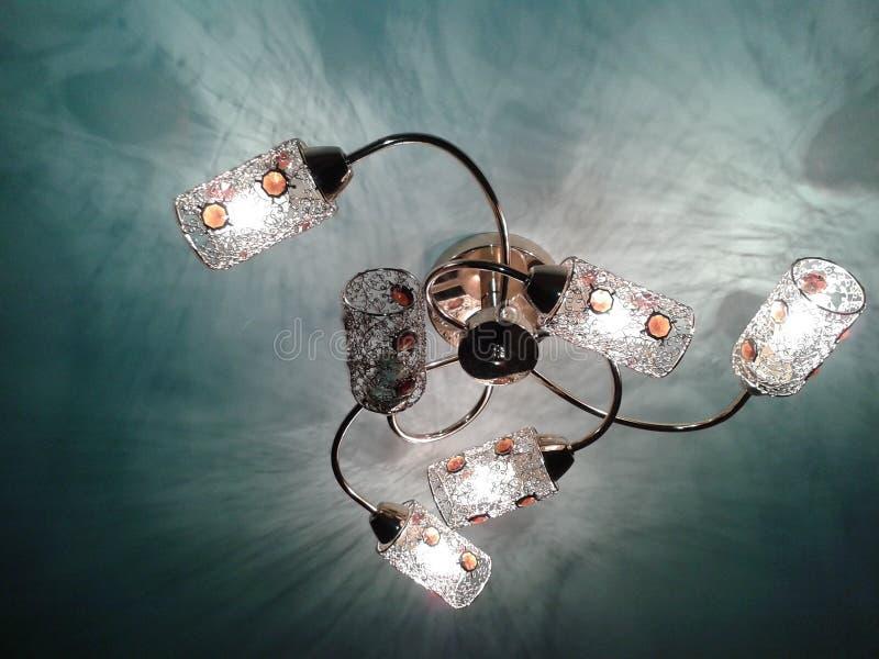 一盏美丽的枝形吊灯 免版税库存照片