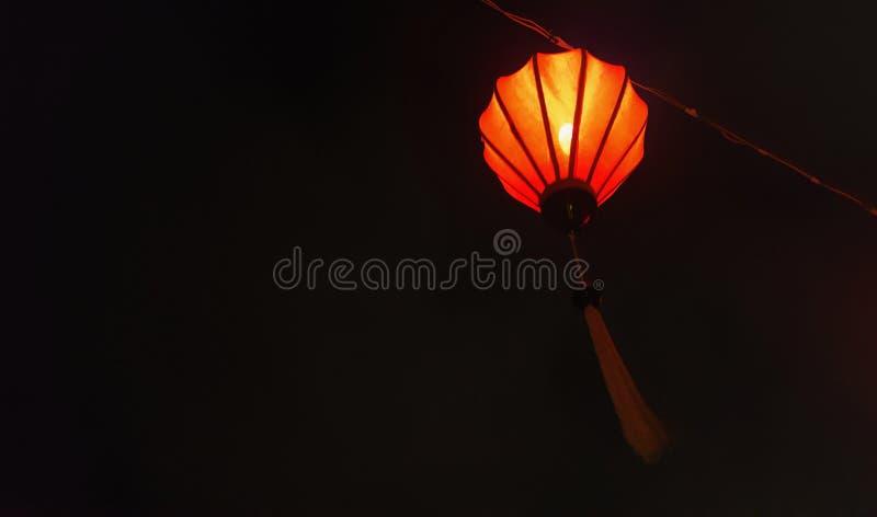 一盏oriential橙红灯的低灯射击有黑暗的夜背景 免版税库存照片
