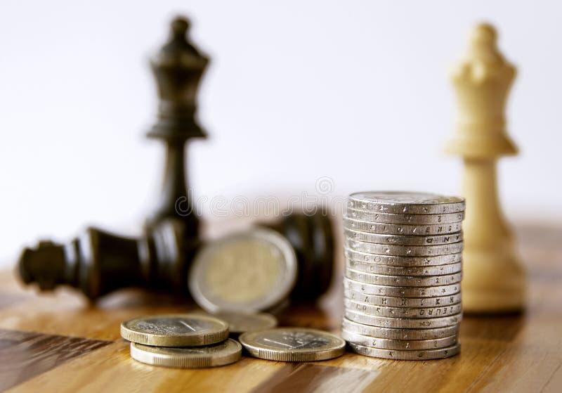 一盘象棋 在棋盘金钱和棋 战略投资有金钱 3d计算机概念被生成的照片翻译成功 库存图片
