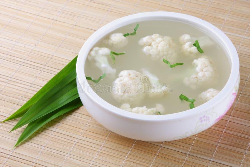 一碗乳脂状的有机花椰菜炖煮的食物。 免版税库存照片