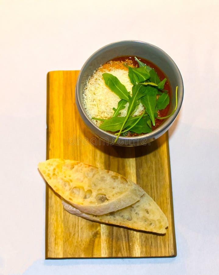 一碗新鲜的蕃茄汤装饰用草本 免版税库存照片