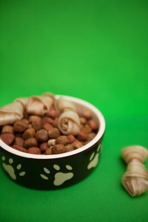 一碗狗食和一顿扭转的快餐 图库摄影