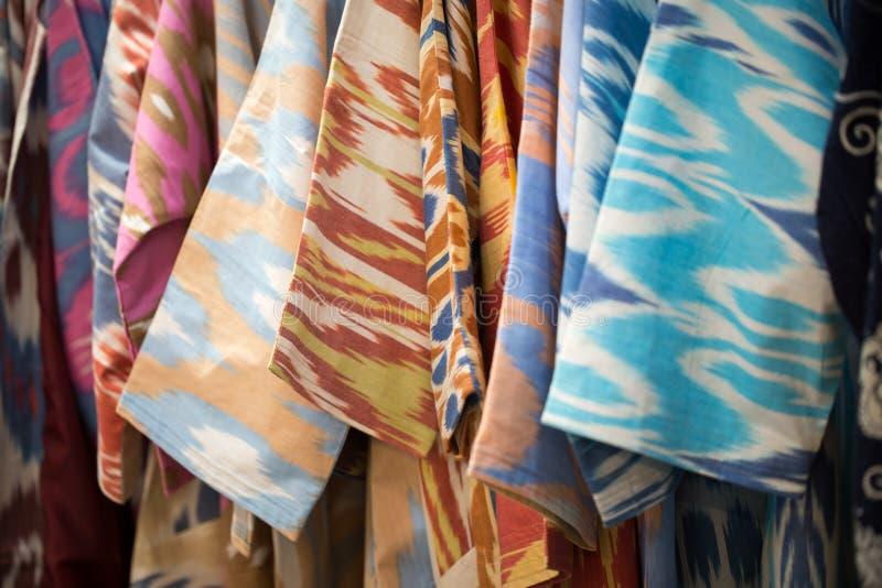 一种五颜六色的织品的特写镜头视图与一件传统东方装饰品的 手工制造,传统布料和刺绣 照亮 库存照片