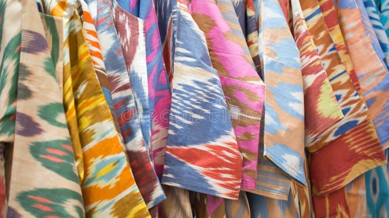 一种五颜六色的织品的特写镜头视图与一件传统东方装饰品的 手工制造,传统布料和刺绣 照亮 库存图片