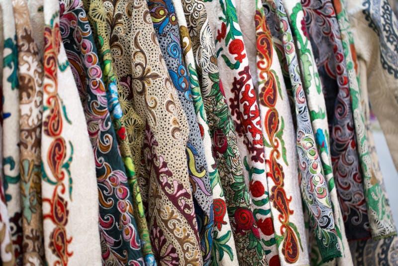一种五颜六色的织品的特写镜头视图与一件传统东方装饰品的 手工制造,传统布料和刺绣 照亮 免版税图库摄影