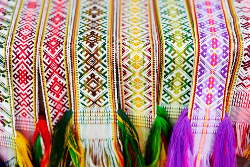 一种传统五颜六色的立陶宛织法的细节 被编织的传送带作为全国立陶宛服装的零件 免版税库存图片