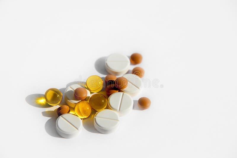 一种健康生活方式的疾病的概念,治疗,适当的营养和医学 各种各样的药片在光疏松 免版税图库摄影