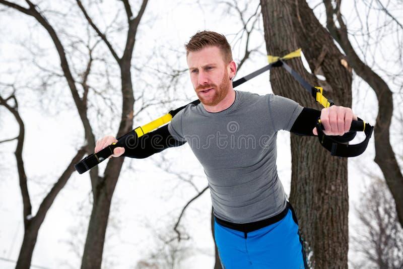 一种室外冬天锻炼的顽强的人 库存照片