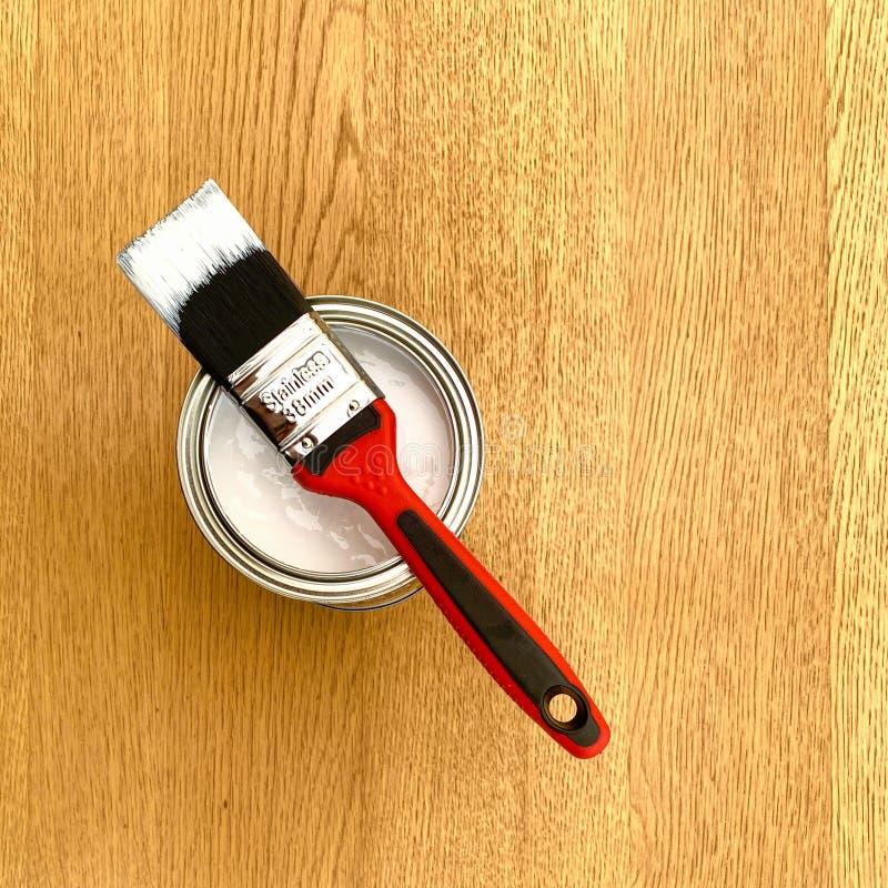 一种带漆锡的红色油漆刷 库存照片
