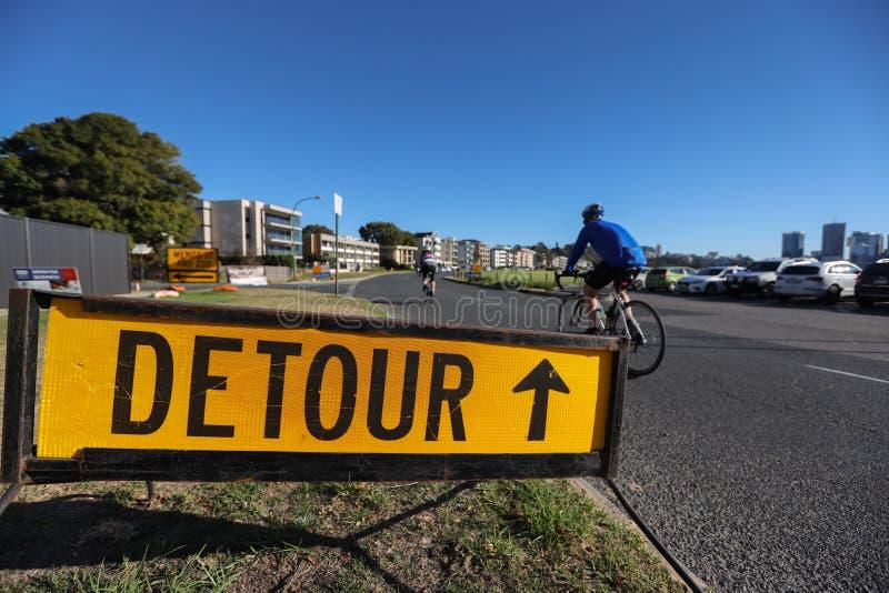 一种应用于公共繁忙居住区的绕行安全警示标志 库存图片