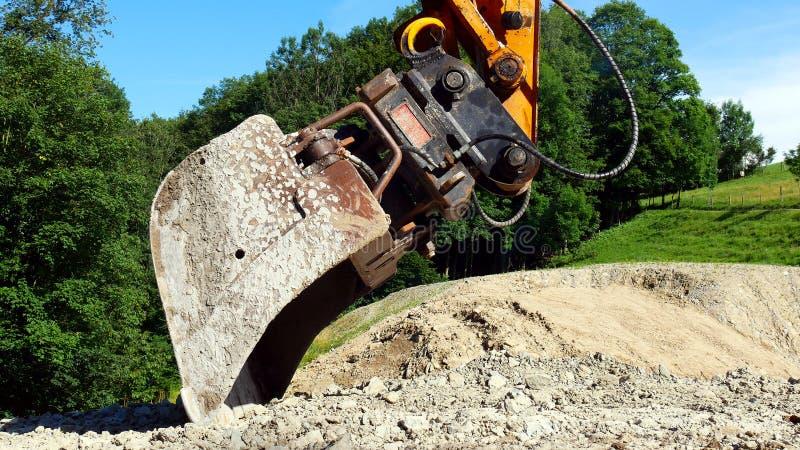 一种挖掘机的桶在建造场所的 库存照片