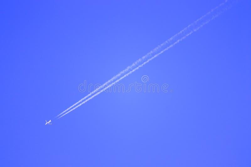 一种新的命运的飞行上流通过绘在天空蔚蓝 免版税库存照片